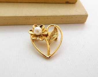 Vintage Small Gold Tone White Faux Pearl Daisy Flower Heart Brooch Pin H42