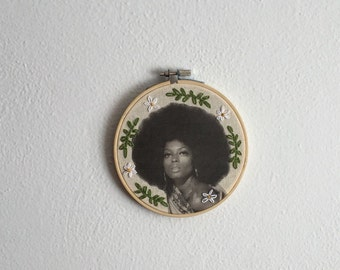 Embroidered Diana Ross Hoop Leaves and White Daisies