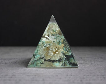 Paperweight or object Deco pyramid 5 x 5.5 cm resin inclusion of immortal ecru and baby's breath blue