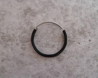 Braccialetto rigido nero herringbone perline di vetro