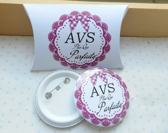 "58 mm badge and its gift box ""Perfect AVS"" white, Plum, black, gingham"