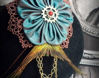 Broche-pince à cheveux avec fleur en taffetas, dentelle, plume et breloques, Esprit steampunk