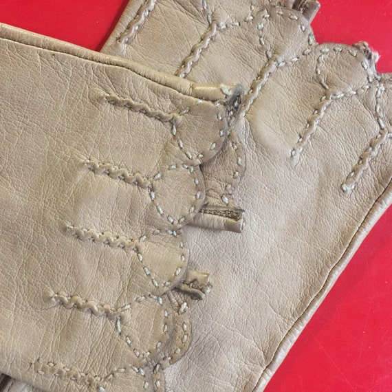 Vintage gloves biscuit tan leather short gloves size 5 1940s beige leather gloves 50s accesory 1940s scalloped hem winter