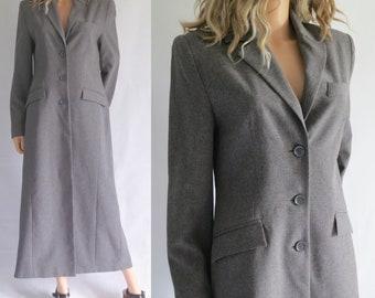 Gris long manteau crombie, pleine longueur de la cheville, coupe classique, boutonnage simple, moyenne