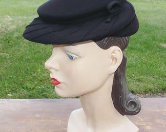 1930s Vintage French Black Silk Tilt Hat by Janyne Paris Size 23 Large