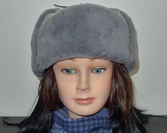 Beautiful  light blue genuine shearling sheepskin  trooper style hat- in excellent condition   L -Chapeau en agneau retourné bleu clair.G