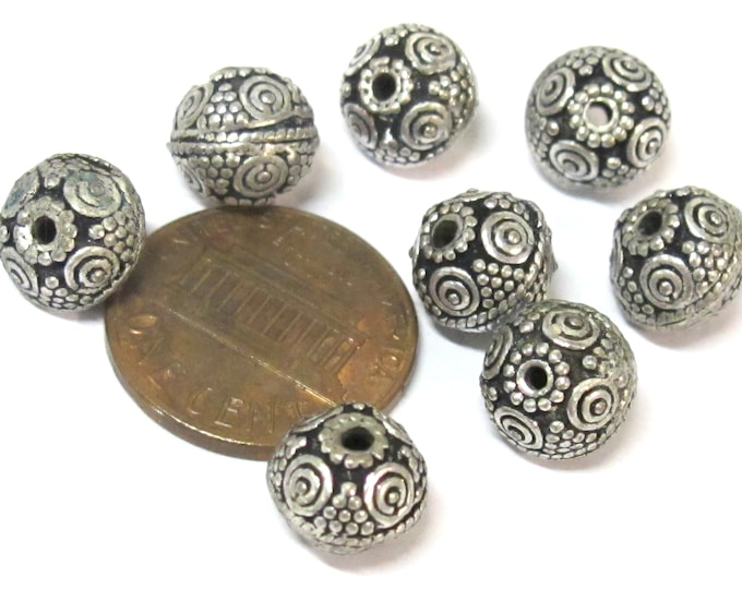 8 BEADS - Tibetan  oval shape antiqued silver color finish small size  metal alloy beads from Nepal - BD645D