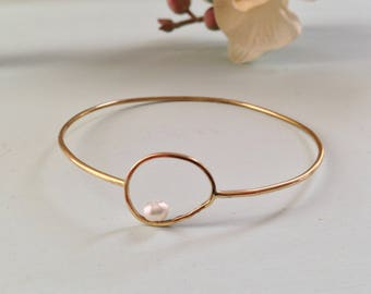 Minimal bangle with pearl / minimal bangle / stacking bangle / gold bangle / pearl jewelry / contemporary jewelry / handmade jewelry