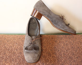 vintage gray suede fringe shoes . womens low chunky heel oxfords, lace up 1960s kiltie shoe APPROX 9. 9.5
