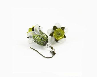 Weiß und Lime grün Lucite Blumeohrringe, Hand bemalte filigran, Hand bemalte Lucite, Viktorianisch, Steampunk, Boho-Ohrringe