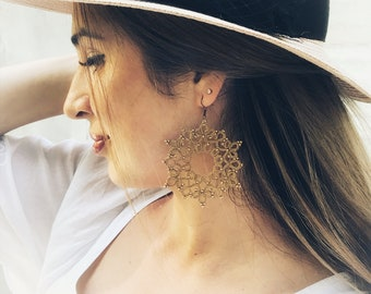 Filigree gold tat earrings, Tatting, Tat earring, Tatting earring, Tatted earring, Tatting jewelry, Lace earrings, orecchini chiacchierino,
