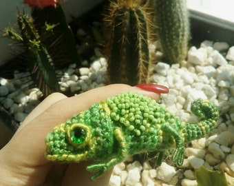 Knitting brooch chameleon green