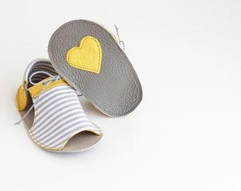 SCHWEPPES sandalias de bebé, en piel natural y tela de algodón