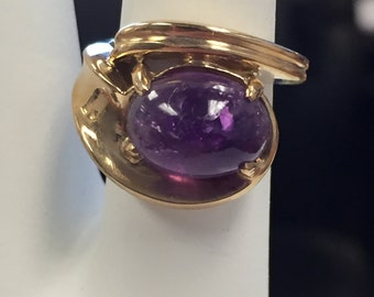 14kt Yellow Gold Lady's Oval Cabachon Amethyst Beautiful Designer Ring