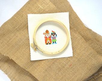 Sinterklaas en Zwarte Piet borduurpatroon. Maak met kruissteken een uitnodiging voor 5 December