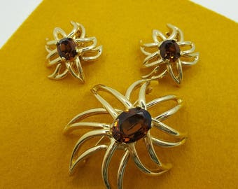 Ciner signed  Brooch and  Clip earrings Retro Styling Mid Century Modern Amber and Gold tones Mint Condition