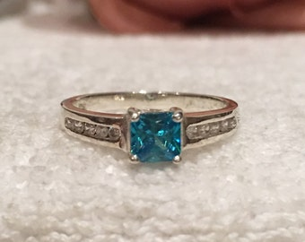 Absolutely Delightful Vintage Sterling SILVER Ring-Pretty Central BLUE CRYSTAL Crystal-Flanked by Cubic Zirconias-Uk Size O -Us Size 7