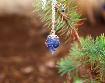 Collier forme diamant résine pierre bleue Sodalite
