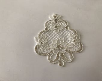 Applique lace ecru with a slight touch of gold 10 * 8, 5 cm