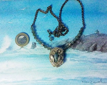 Art-Nouveau necklace : central  vegetal design in goldcolour bronze+a labradorite with greenflashes,row of labradorite & bronze beads+chain