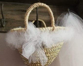 White tulle, the hearty basket