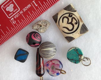 Bead lot / Assorted pendants and beads
