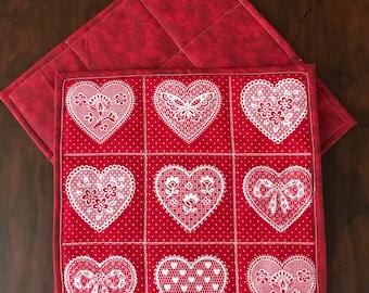 """Deux rouge et blanc mug en tapis. Tapis de tasse coeur, coeurs avec des fleurs, noeuds et papillons, polka dot imprime dessous de verre, carré de 8,5"""""""