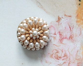 Flower brooch vintage fancy cultured pearls (imitation), and gilt brass, 972