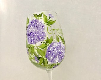 Free shipping Personalized lavender hydrangea hand painted wine glass for mom, aunt, sister, cousin, grandma, daughter, in laws,  friend, et
