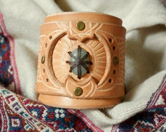 Leather cuff bracelet - Ethnic inspiration - Vegetal designs and jade stone