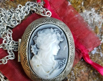 Ladies vintage silver metal cameo locket in fantastic condition comes in gift pouch circa 1980s