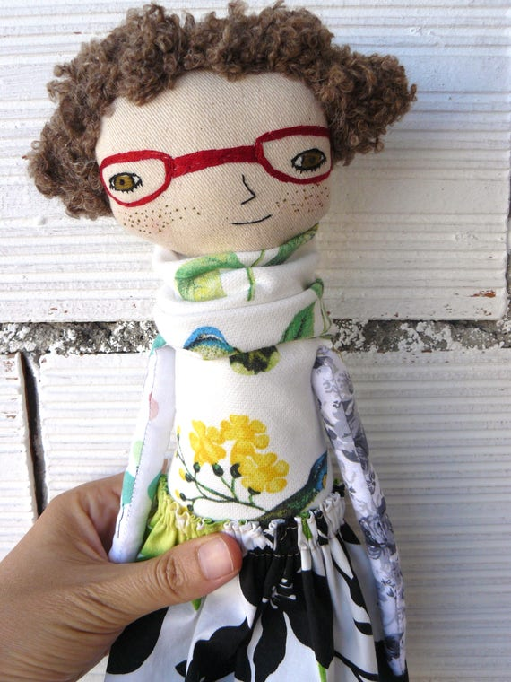 Art doll in cotton with curly hair hair. 32 cm. Embroidered glasses