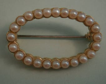 D154) A lovely Vintage gold tone metal seed costume pearl oval brooch