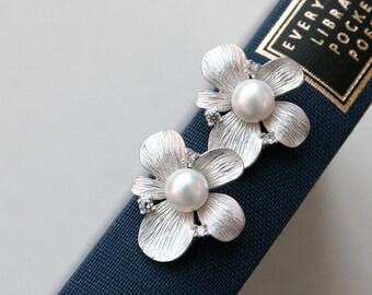 Daisy earrings, Flower earrings, Freshwater pearl earrings, Wedding bridal earrings, Stud Earrings, Bridesmaid Gift, Bridesmaid earrings