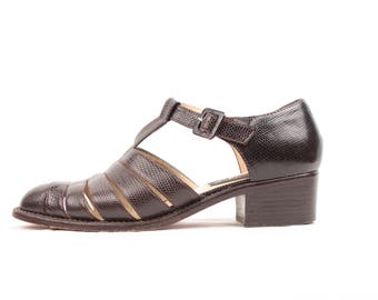 embossed leather sandals // t strap // low heel // sz 7