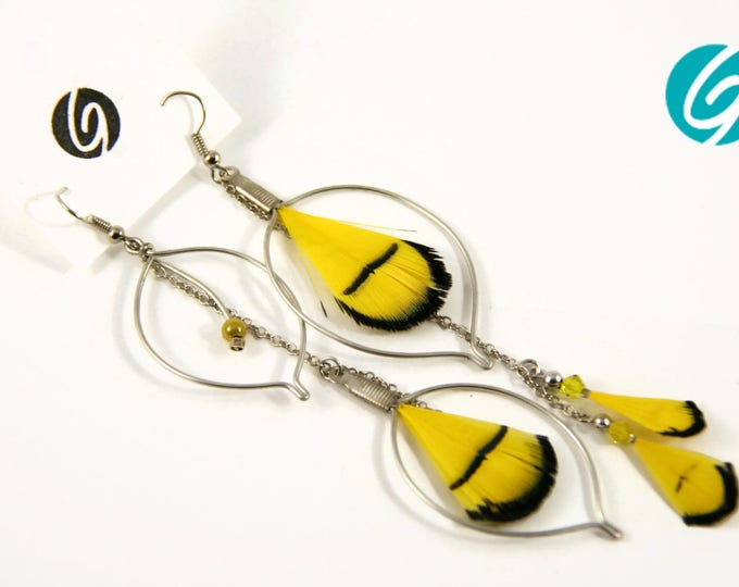 Pendant asymmetric earring - yellow and black feathers and chain - elegant, chic, light - Made in Quebec - handmade by Créations GEBO
