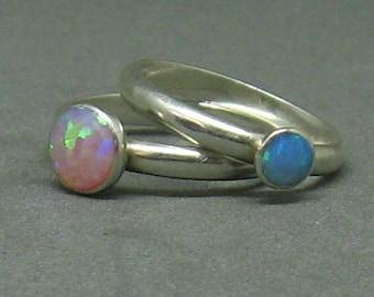 Ensemble de l'anneau opale bleu et rose de deux pour les empiler ou porter en solo