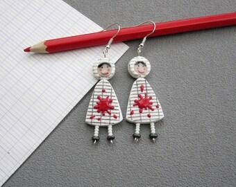 Cadeau maîtresse, boucles d'oreilles pour maîtresses, 2 poupées en robe blanche quadrillée, tache de peinture rouge, pâte polymère fimo