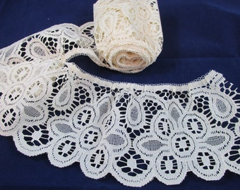 Wide Scalloped Cream Flower Lace - 1 1/2 yards