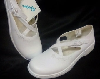 New Ladies size 9 1/2 Rockers White Leather Oxford side Strap Shoe.