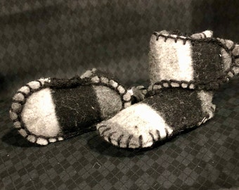 Warm, wool baby booties (black & grey)