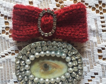 Hand knitted red bow brooch with diamanté Lover's Eye.