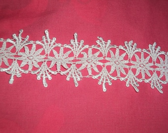 White flower pattern lace trim