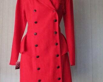 Soprabito con baschina anni 80.Crespo rosso.Tg S/Stunning 80s red peplum overcoat/Wool crepe/Black velvet collar/Doublebreast/Unlined/Size S