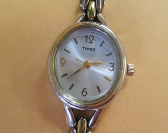 Vintage Timex 7  inch silver tone watch  clip closure on segment chain band  used new battery