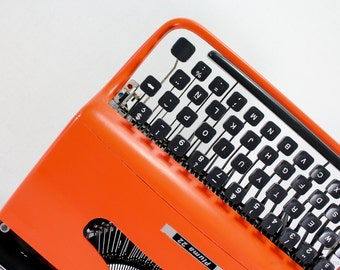 QWERTY - Typewriter Olivetti Pluma 22 - working portable typewriter - Orange typewriter - Olivetti Lettera 22 working typewriter - gift
