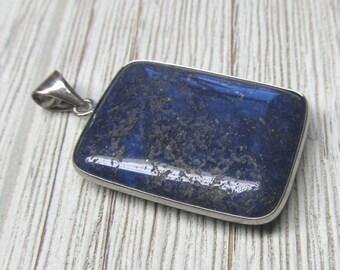 Lapis Lazuli bleu Pierre avec des taches d'or Rectangle indépendant 35 X 26mm focale avec du métal en alliage de cadre et bélière -1 pièce