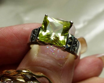 Sterling Silver Marcesite Green stone ring sz 7 - faceted stone- SM 1645