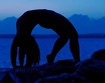 moody blue yoga silhouette, blue light, blue silhouette, nightscape, twilight picture, dark picture, yoga, yogi photo, yoga image, yoga pose