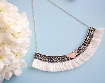 "Style ethnic ""ACACIO"" white short necklace"